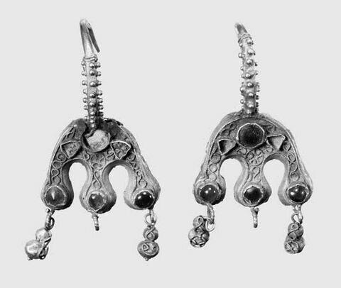 Boucle d'oreilles à étrier à trois suspensions (chaton aux trois extrémités), d'une paire (BJ 345)