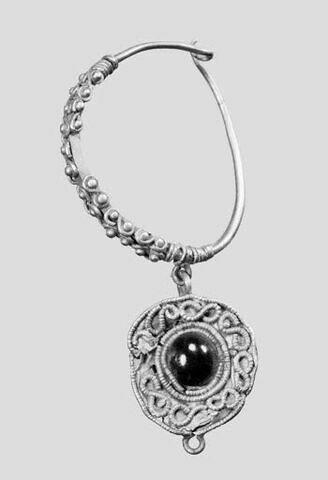 Boucle d'oreille avec pendeloque hémisphérique, avec perle en grenat