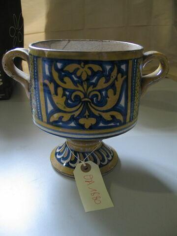 Vase cylindrique à pied et à deux anses