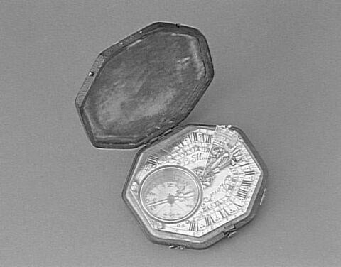 Cadran solaire horizontal de poche de type Butterfield et son étui