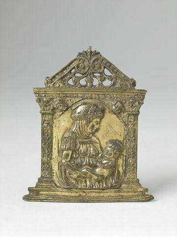 Baiser de paix : La Vierge de profil à droite vue à mi corps, soutient de ses deux mains l'enfant Jésus