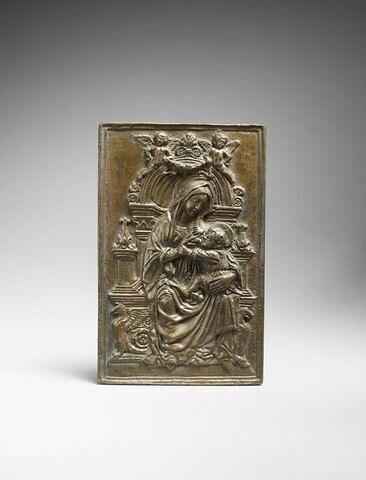 Plaquette : la Vierge assise sur un trône & allaitant l'enfant Jésus
