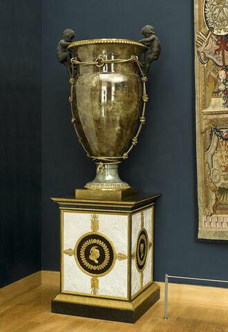 """Vase oeuf dits """"cordeliers"""" à fond écaille et à fond vert antique, d'une paire avec LP 3272"""