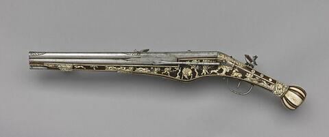 pistolet à décor incrusté de scènes de chasse