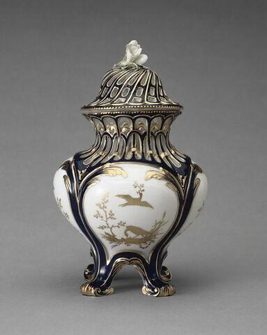"""Vase pot-pourri """"à jours"""" en première grandeur, à fond bleu lapis, d'une garniture de trois pots-pourris (OA 11969 à OA 11971)"""