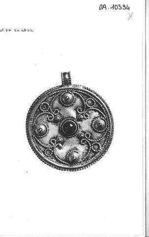 Médaillon circulaire avec bêlière. Décor de filigranes.
