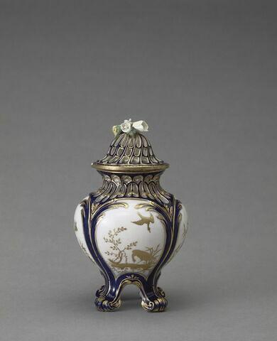"""Vase pot-pourri """"à jours"""" à fond bleu lapis, d'une garniture de trois pots-pourris (OA 11969 à OA 11971)"""
