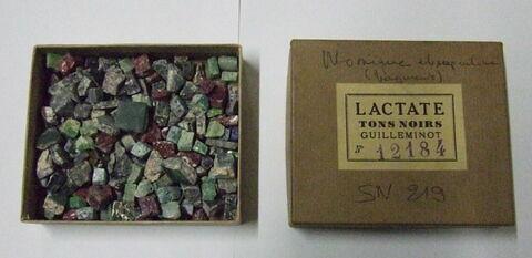 Boîte contenant de petits morceaux de mosaique de verre et de serpentine