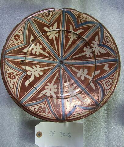 Plat circulaire à carreaux et fleurons rayonnants. Ocre et bleu. Faïence hispano-mauresque. Valence, XVIe siècle