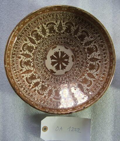 Petit plat creux hispano-mauresque, décor ocre, rosace au centre