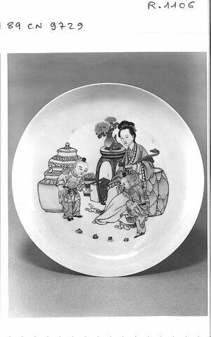 Assiette en porcelaine coquille d'oeuf à revers rubis