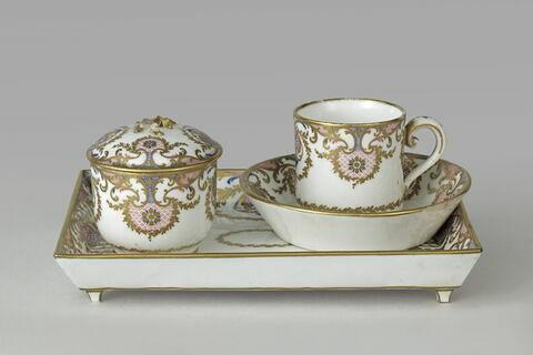 Déjeuner en porcelaine tendre, comprenant : un plateau, une tasse et soucoupe, un sucrier