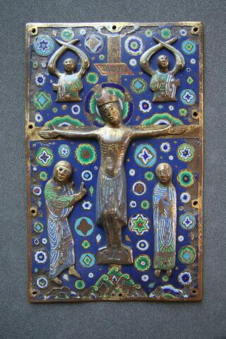 Plat de reliure ou plaque de châsse : Crucifixion avec figure d'applique du Christ couronné