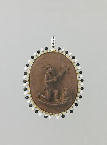 Médaillon ovale en buis ; d'un côté l'Annonciation, de l'autre, saint Jérôme à genoux tenant une croix