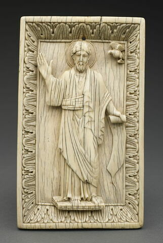 """Plaque de reliure d'un des """"Livres du Sacre"""" : Saint Jean l'évangéliste."""