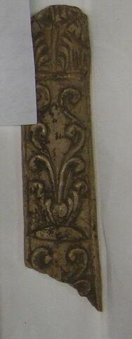 Fragment de baguette en os : décor de balustre et de fleurs stylisées