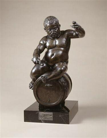 Statuette : le nain Morgante assis sur un tonneau