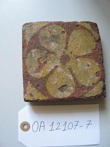 Carreau : fleur à cinq pétales. Terre vernissée ocre. Région d'Avallon (?). H : 0,025 Côté : 0,120