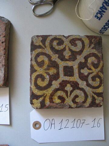 Carreau : motif floral. Terre vernissée jaune et ocre foncé. Atelier Bourguignon, XIIIème siècle. H 0,023 ; côté 0,120.