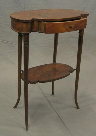 Table rognon plaquée de satiné de style Louis XV