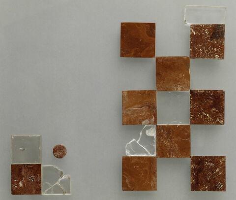 Eléments d'un échiquier et d'un damier : 16 pièces provenant du fossé et puits du donjon