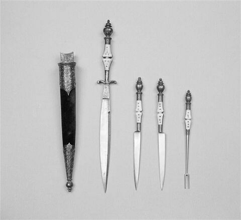 Trousse contenant 3 couteaux et une fourchette