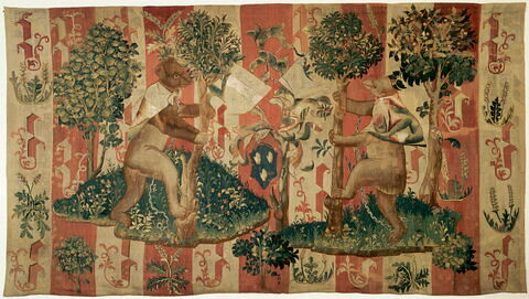 Tapisserie : deux ours affrontés, chaînes au cou, se dressant chacun sur leurs pattes arrières, chacun reposant sur un tertre verte et fleuri. Au milieu de la composition, 3 écus armoriés dont un aux armes de Guillaume Jouvenel des Ursins
