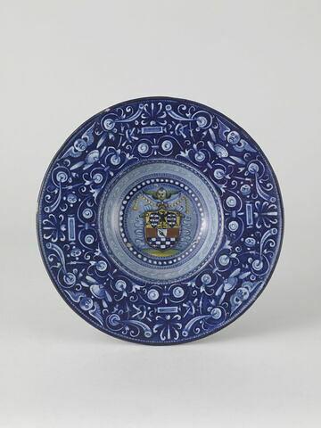Coupe aux armes de la famille della Mirandole à décor de grotesques sur fond bleu