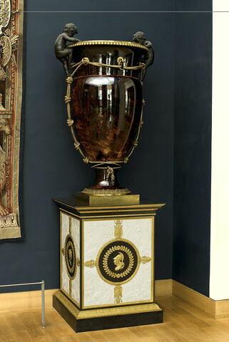 """Vase oeuf dits """"cordeliers"""" à fond écaille et à fond vert antique, d'une paire avec LP 3273"""