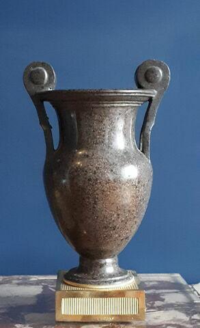 Vase de forme étrusque avec anses à rouleaux (d'une paire)