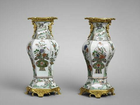 Vase à six pans, d'une paire ( avec OA 5489 1)