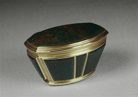 Boîte en jaspe montée en or.