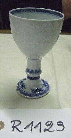 Gobelet, porcelaine de Chine blanche à décor en relief avec bordures bleues.
