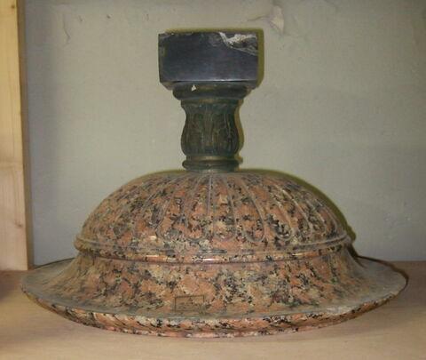 Coupe en granit rose à godrons, pied en bronze patiné et soclet en marbre noir D'une série de 10