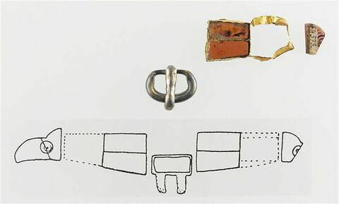 Trois fragments de fermoir d'aumônière : deux grenats sertis dans une cloison d'or, un grenat et une bouclette en argent en deux parties
