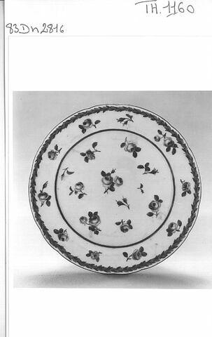 """Assiette à douze lobes à """"roses et feuillage"""" à bords festonnés Manufacture de Sèvres"""