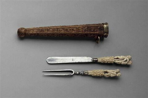 Couteau et fourchette : deux enfants adossés