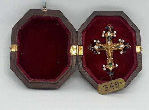 Croix ansée avec son étui en cuir