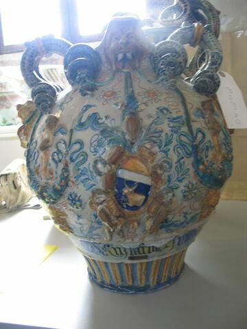 Vase de pharmacie sphérique à deux anses : armoiries  H. 0.480