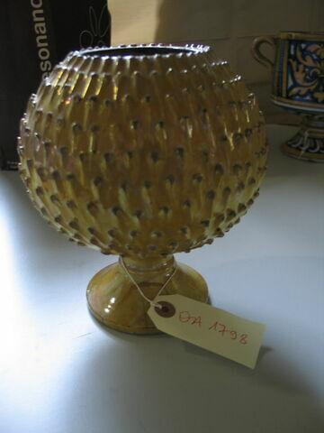 Vase en forme de pomme de pin.