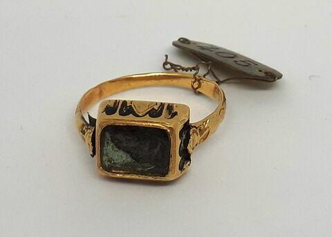 Bague en or émaillé à chaton carré (la pierre manque)