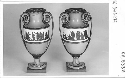 Paire de vases montés, à fond gris