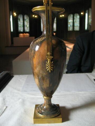 Paire de vases fuseaux, à deux anses.