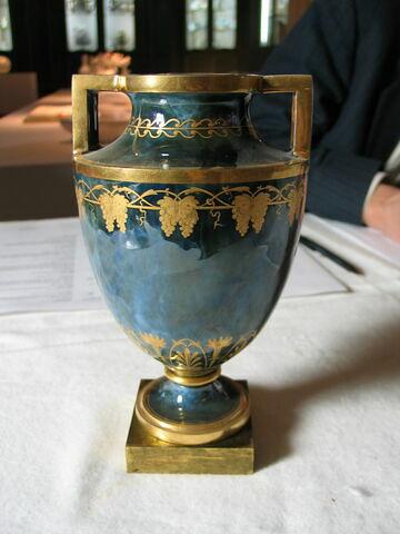 Vase ovoïde sur socle carré en bronze, deux anses en équerre.