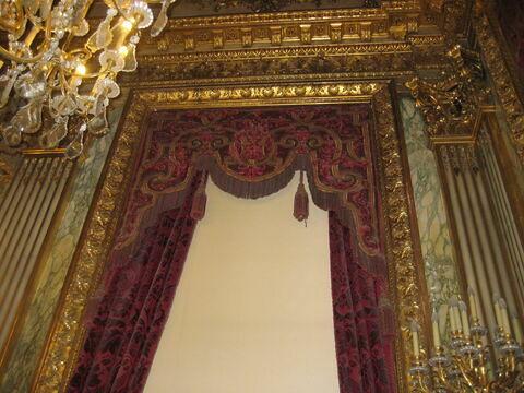 Petite cantonnière (fenêtre est). Velours de soie cramoisi brodé, franges à torsades, glands.
