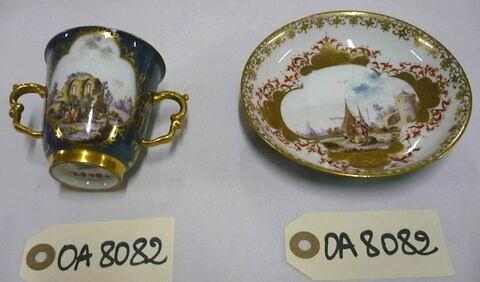 Tasse à deux anses et soucoupe d'un ensemble de six (OA 8079 à 8084).