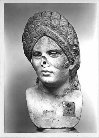 Buste : femme coiffée à la Plotine