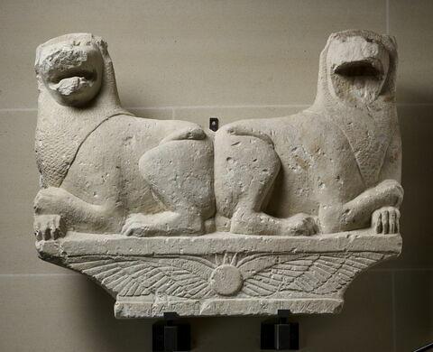 stèle ; objet funéraire ; chapiteau