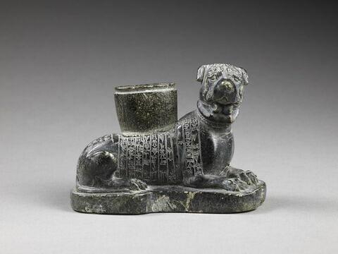 statue ; vase