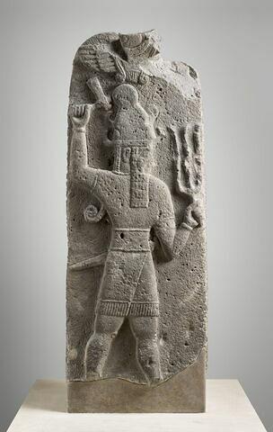 stèle ; élément du décor architectural